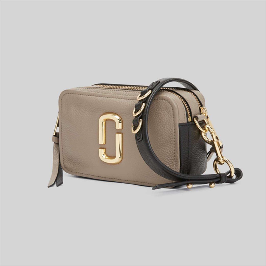 "Marc Jacobs γυναικεία δερμάτινη τσάντα crossbody με μεταλλικό logo ""The Softshot 21"" Μπεζ 2"