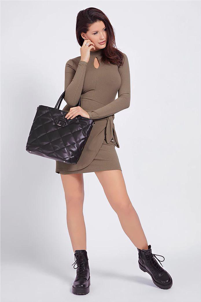 "Guess γυναικεία τσάντα χειρός καπιτονέ με μεταλλικό λογότυπο ""Brightside"" 1"
